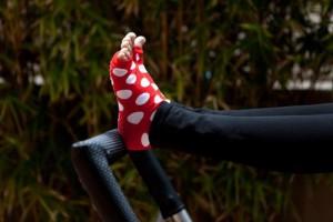 calze da pilates rosse con pallini bianchi